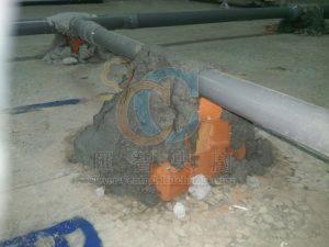 排放水管路灌漿前管路固定避免泄水坡度改變