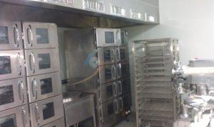 蒸箱上配置蒸氣煙罩,避免熱氣外流