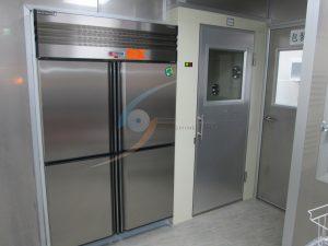 進入作業區先浴塵消毒,食材分流走傳遞冰箱,避免交叉污染
